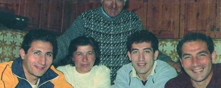I fratelli Giuseppe, Agostino e Carmine Abbagnale con papà Vincenzo e mamma Virginia nella casa di Messigno (NA)