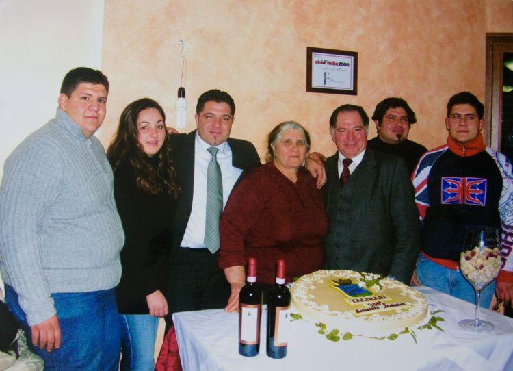"""La famiglia Molettieri nel 2005, festeggiamenti per il riconoscimento """"Rosso dell'Anno"""" della Guida Vini d'Italia di Gambero Rosso-Slow Food"""